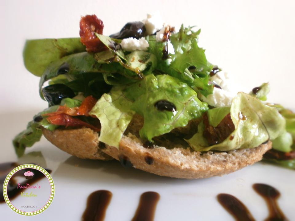 pandoras-kitchen-blog-greece-πράσινη σαλάτα με λιαστή ντομάτα και μυζήθρα