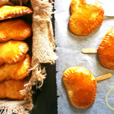 Παραδοσιακές τυρόπιτες κουρού σε ξυλάκια