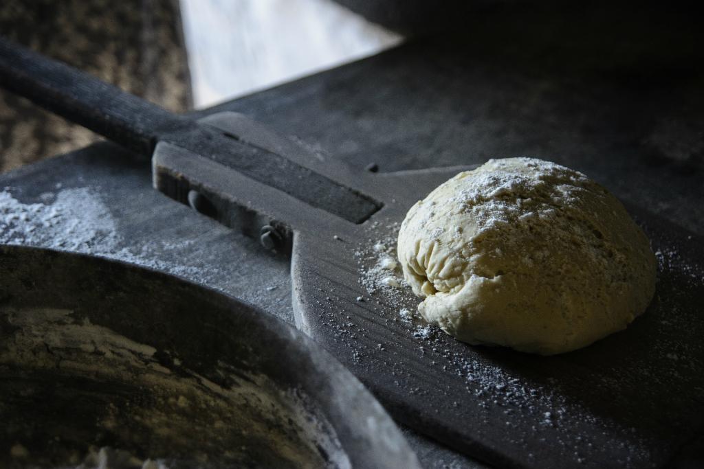 χωριάτικο ψωμί-χίος-βολισσός-Χωριάτικο ψωμί στον παραδοσιακό ξυλόφουρνο της Βολισσού